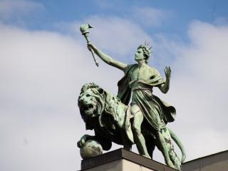 Statue auf der Tschechischen Nationalbank